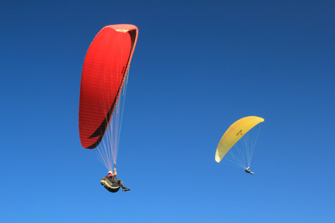colorful-red-yellow-blue-flying-paragliders