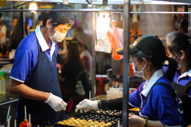 street vendor making donuts in taiwan
